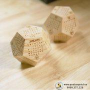 Lịch gỗ khắc tên